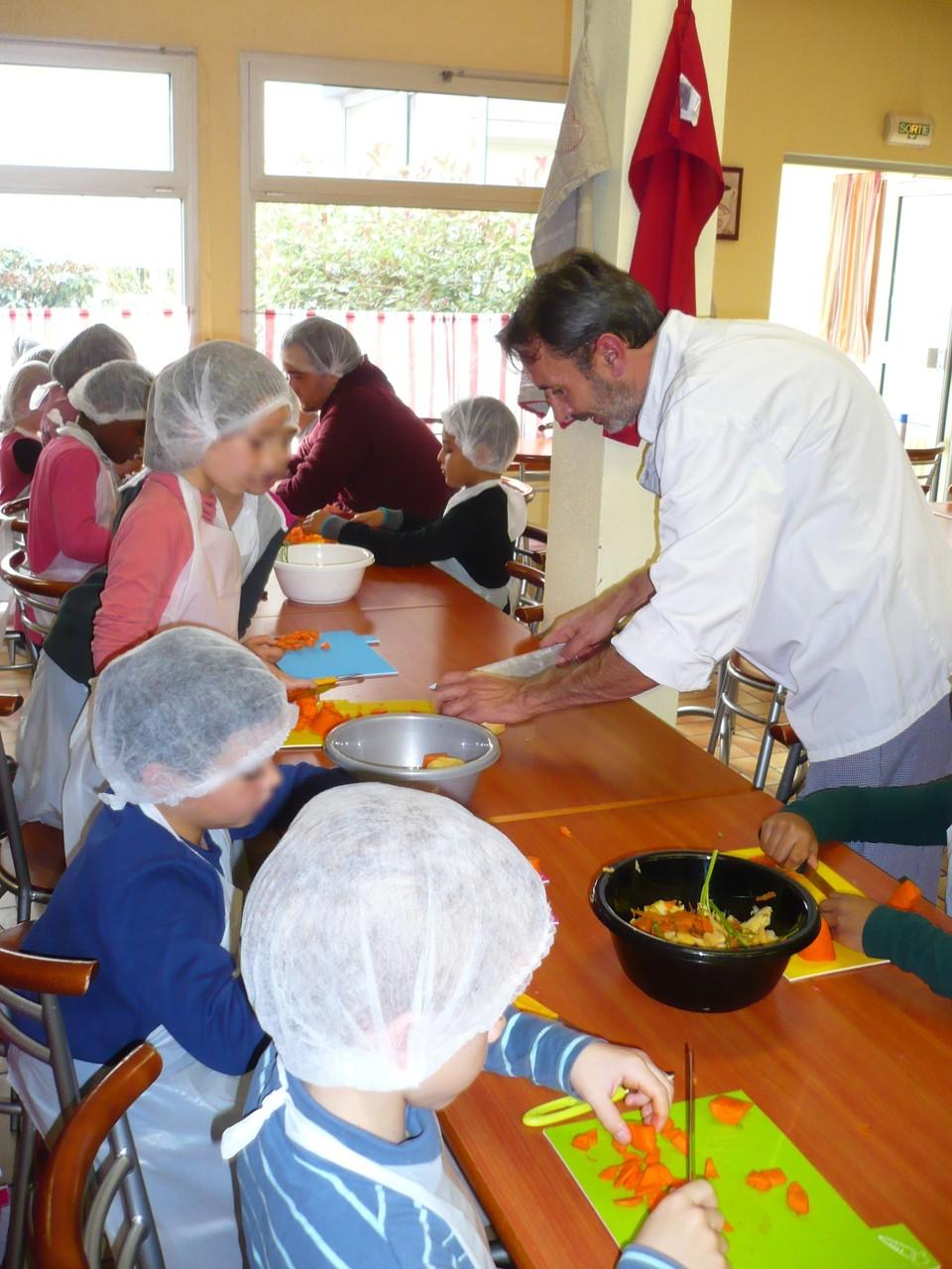 On se fait aider par le cuisinier © UNAT Centre