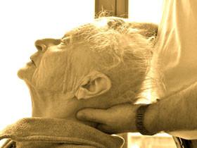 Hier sollte ein Kopf /Nackenbehandlung bei einer älteren Dame zu sehen sein.