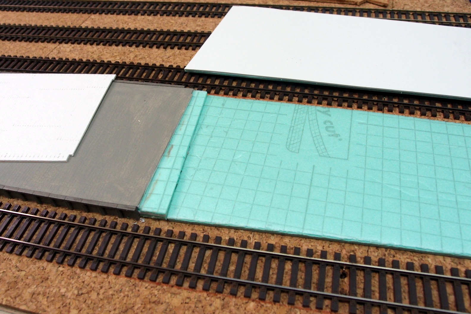 Bahnsteig aufgefüllt mit Dämmaterial und Pflasterung aus geprägtem Karton