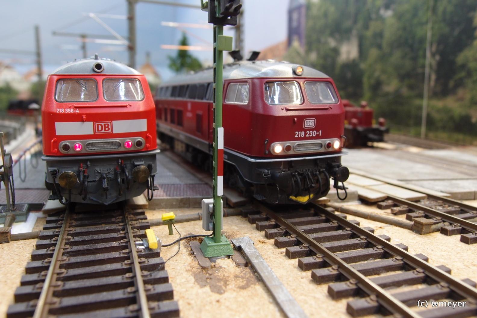 Zwei 218 aus unterschiedlichen Epochen mit Schienenräumer