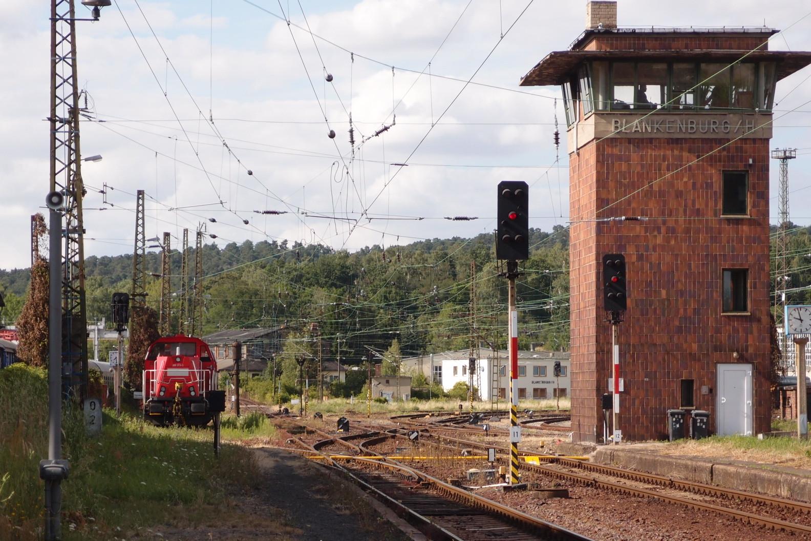 Blankenburg mit Stellwerk und modernen Dieselloks