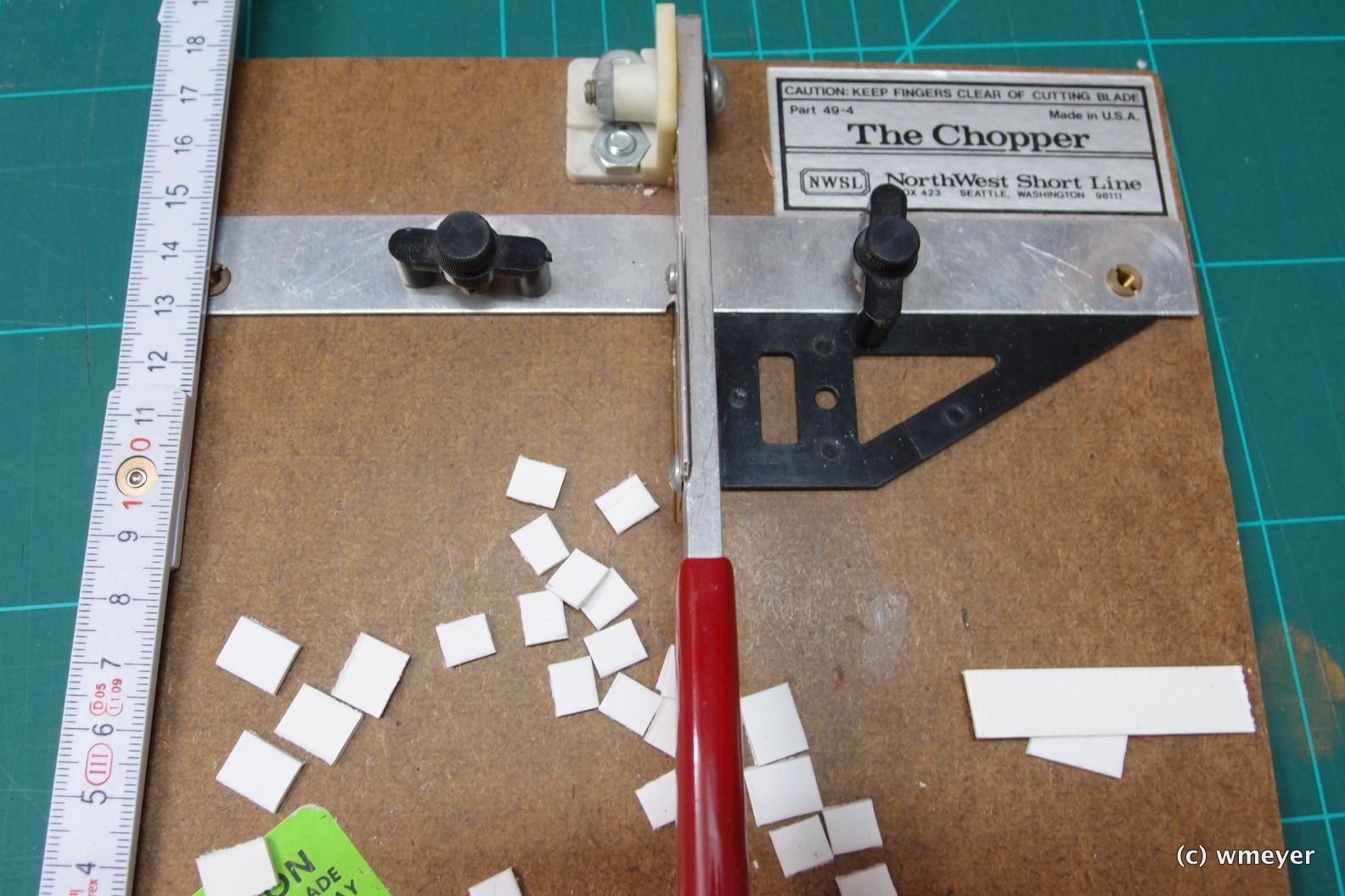 Der Cutter schafft gleichmäßige Pappstreifen für die Abdecksteine