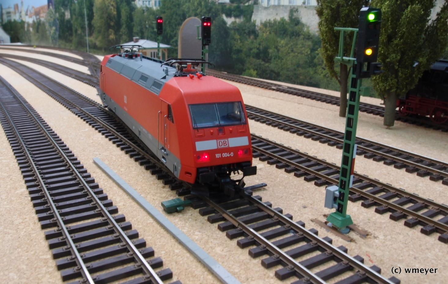 Moderne Bahn mit LIchtsignal