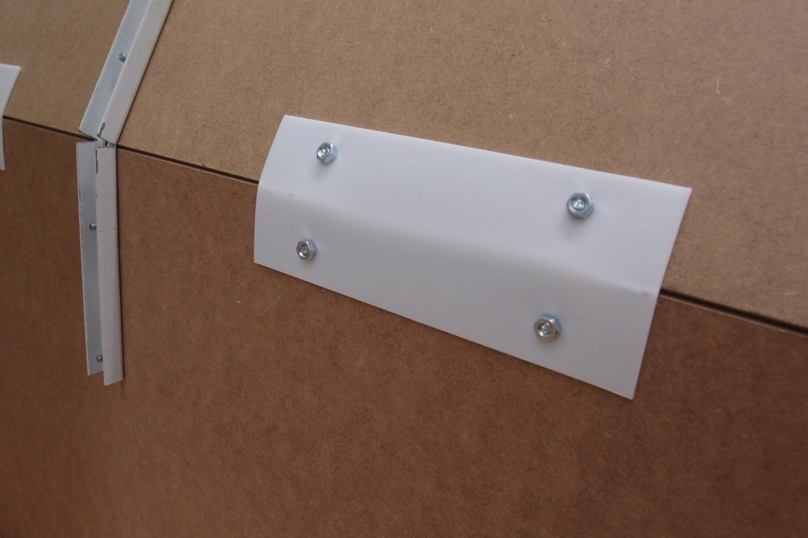 Einfache Kunststofstreifen halten zwei Hartfaserplatten in Position