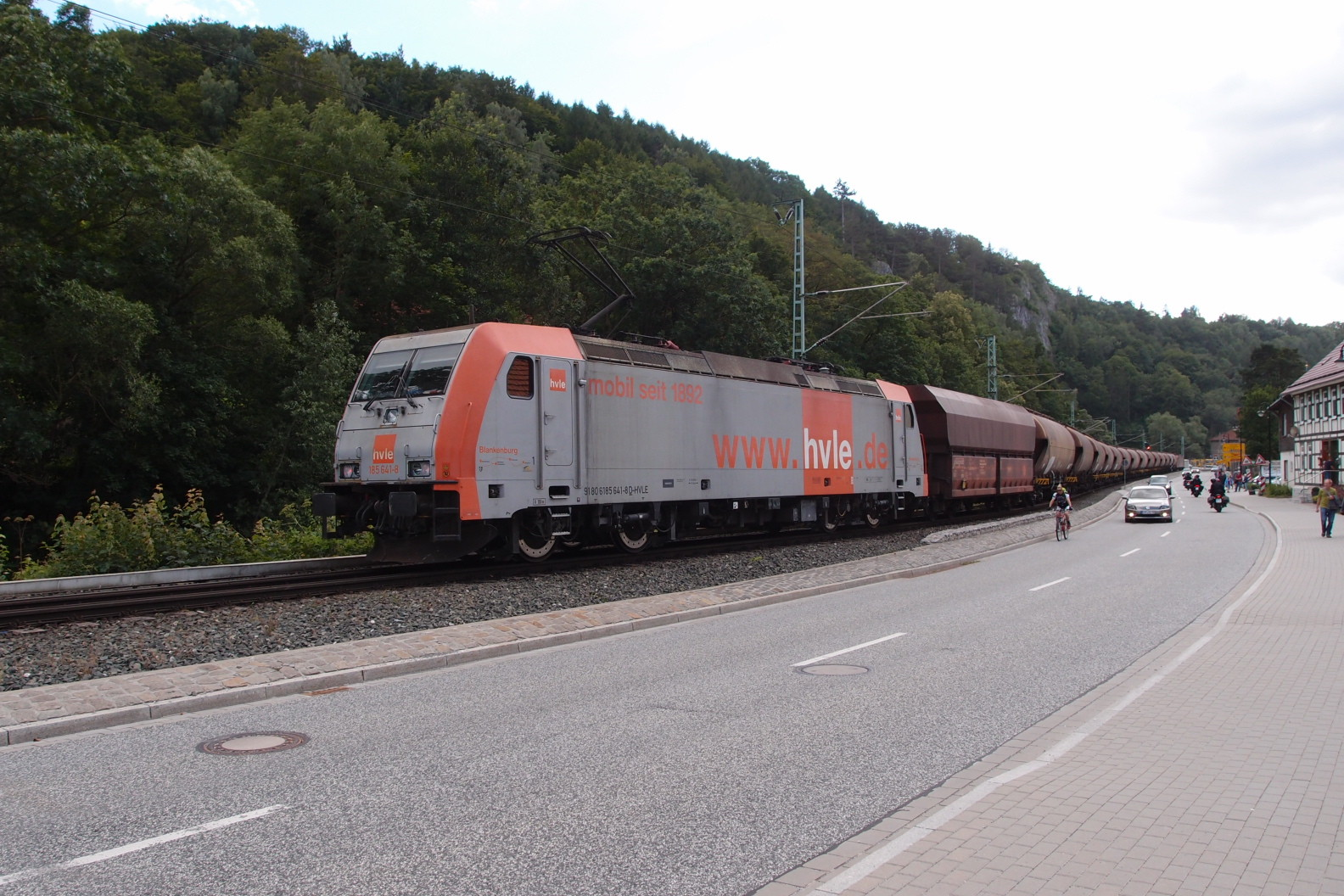 E-Lok BR 185 der HVLE schiebt nach