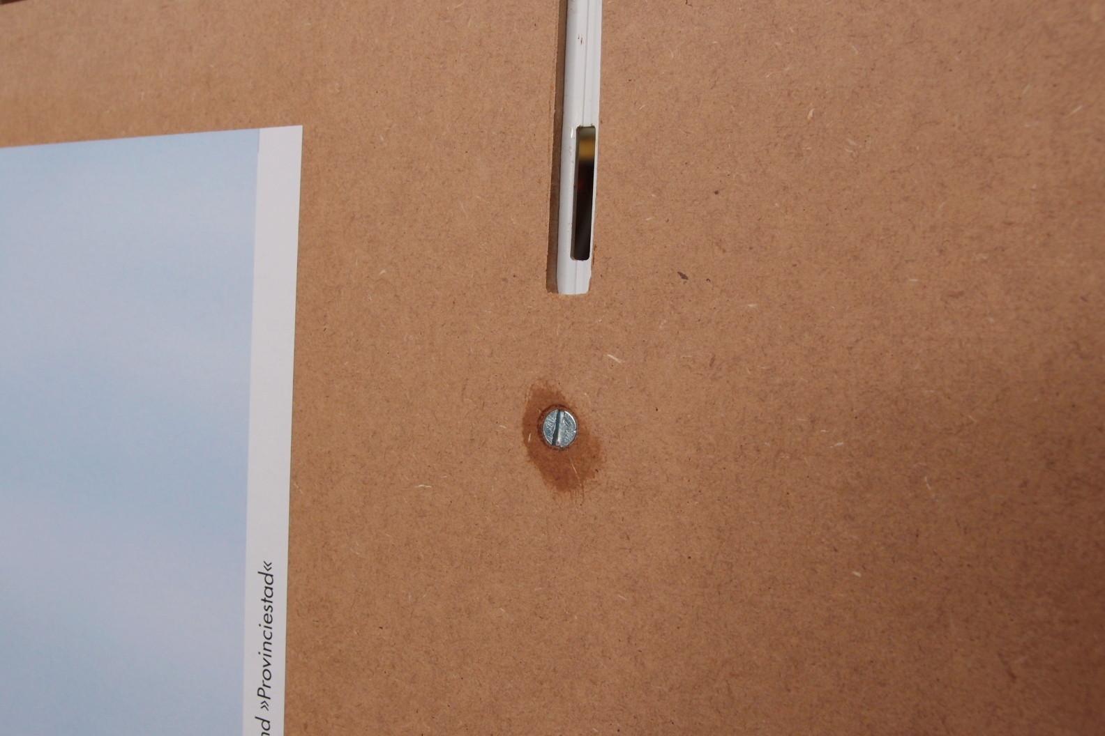 Schraube mit Klarlack und Aussparung zum Einhängen der Regalschiene