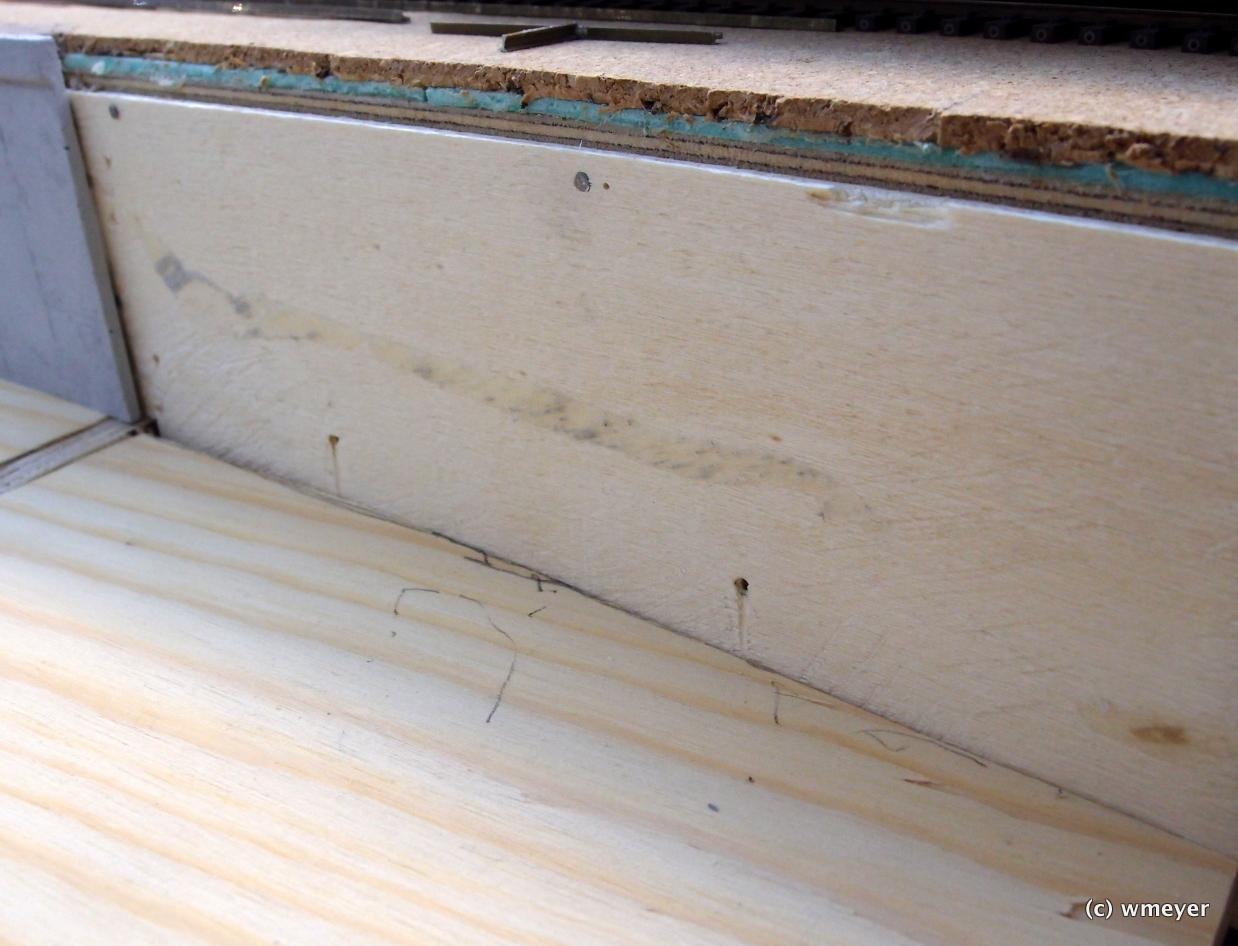 Einfacher Unterbau aus Sperrholzresten