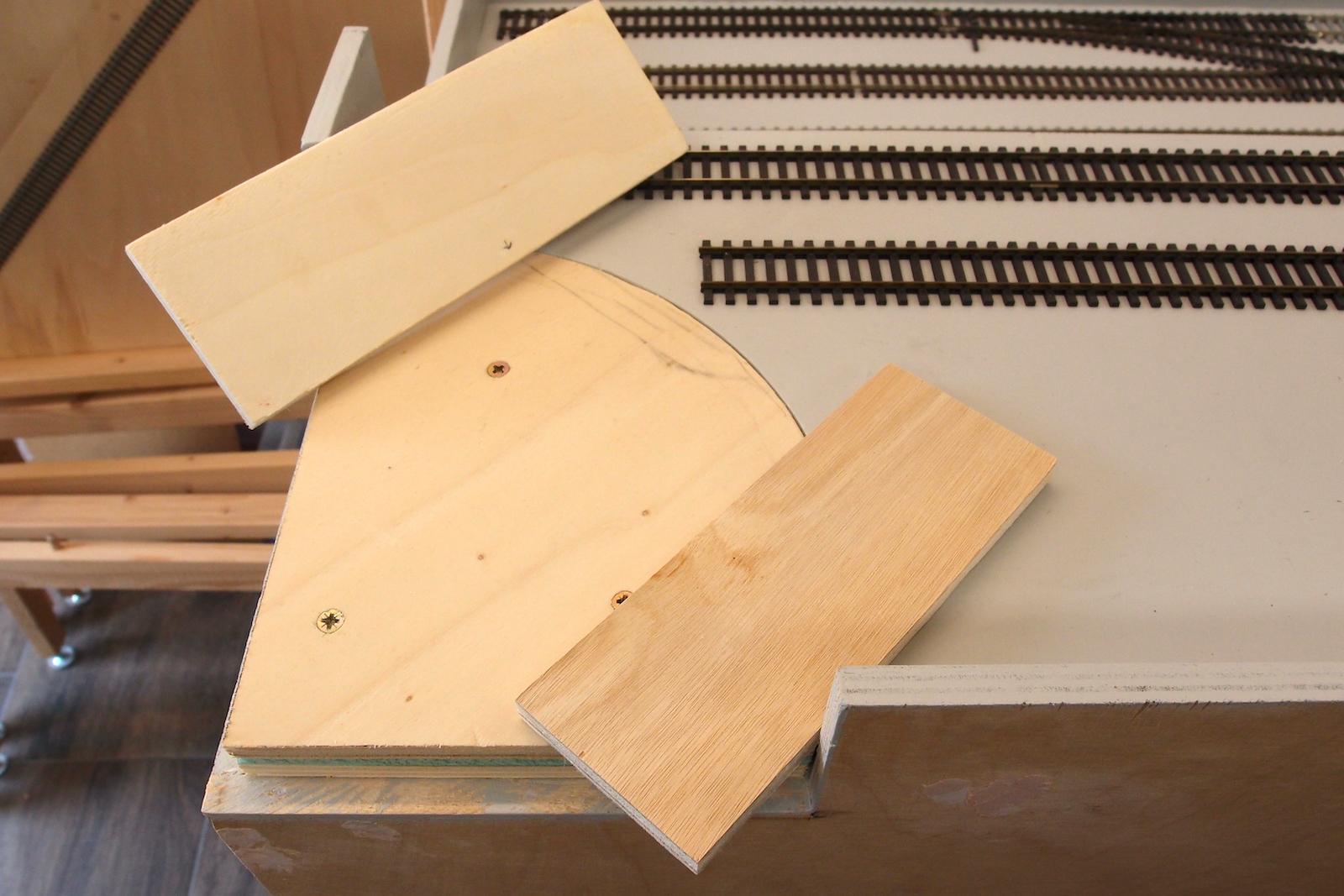 Seitenteile aus Sperrholz mit einer extra Schicht Furnier, damit es passt