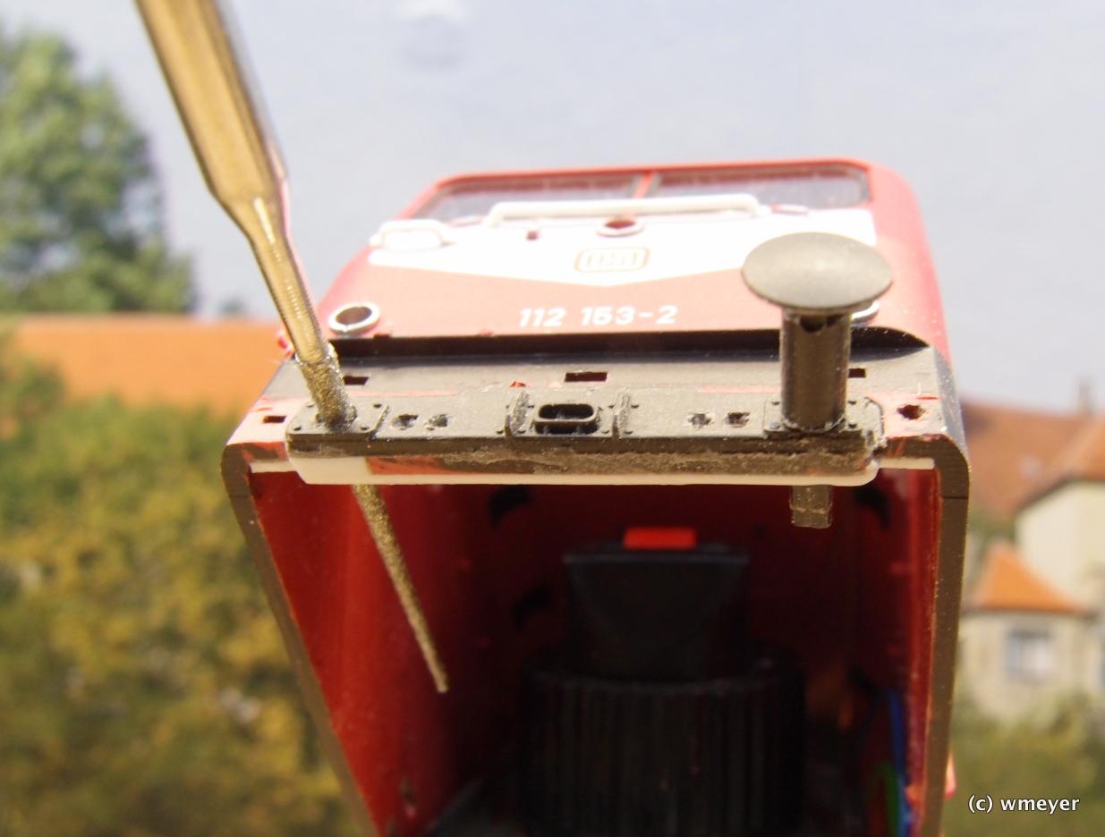 Pufferschürze zusätzlich geklebt, die Reibahle weitet die Bohrlöcher auf