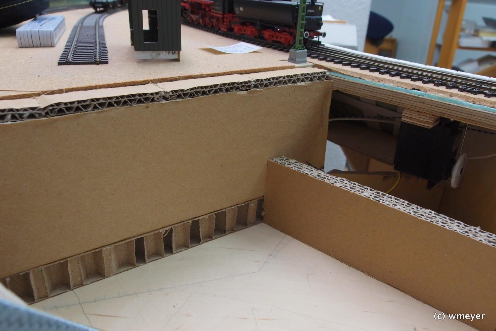 Dicker Wellkarton/Verpackungsmaterial als Landschaftsgrundlage