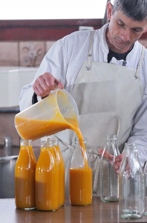 Les bouteilles de soupe sont remplies à la main. Philippe est très concentré !