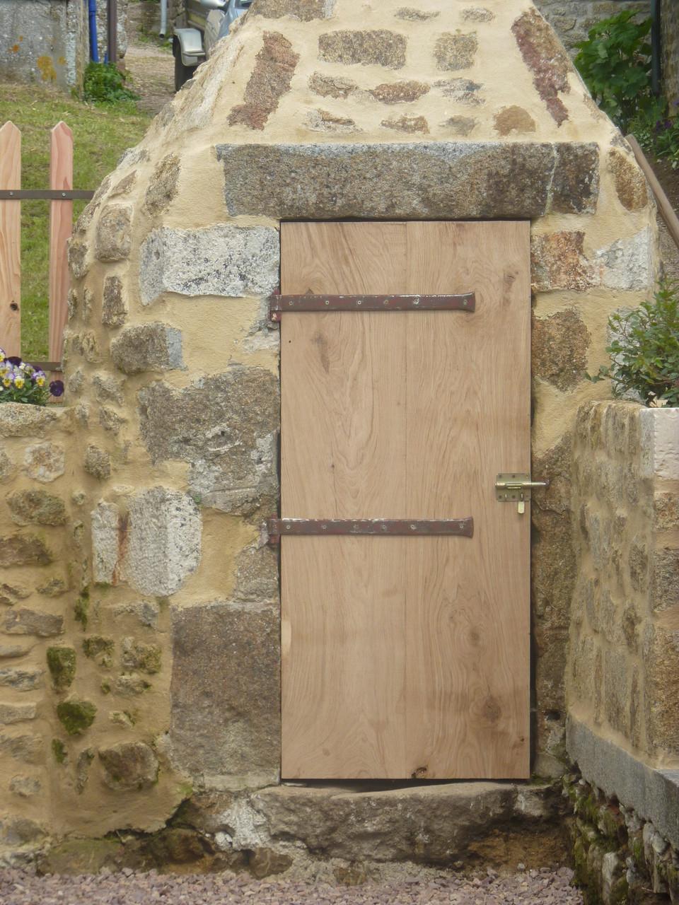 La nouvelle porte du puits est mise.