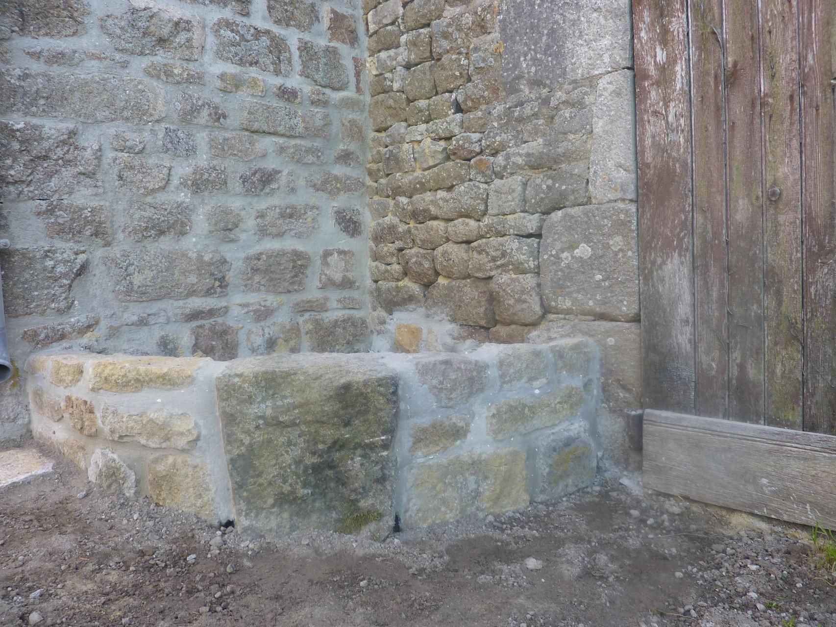 Dans un angle de la venelle, une jardinière a été construite.