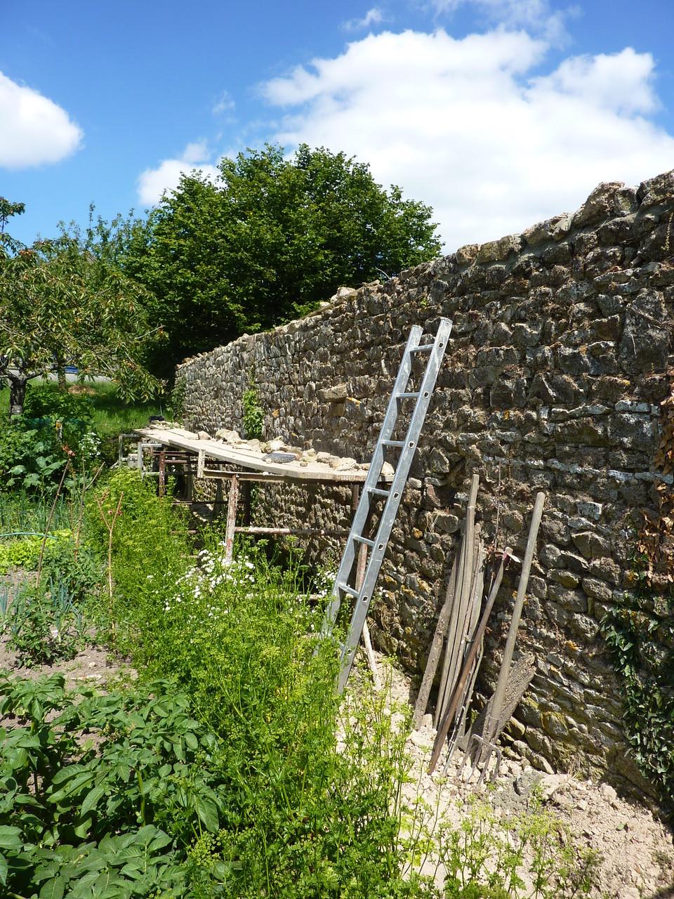 René a fini la restauration du mur.