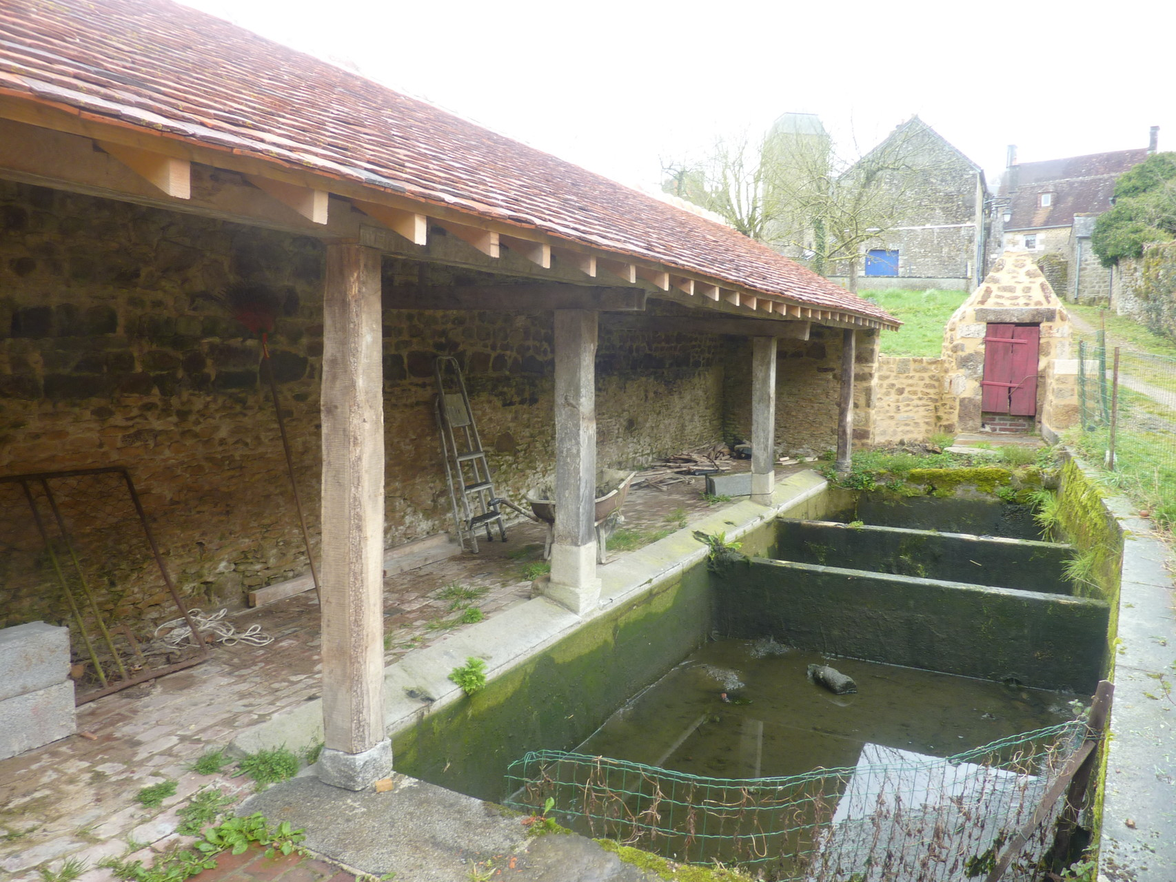 Le bassin n'a plus d'eau pour pouvoir le réparer et le nettoyer.