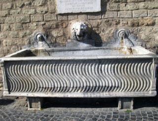 Питьевой фонтан в Риме саркофаг фото