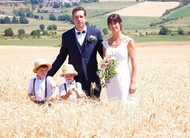 Mariage de E. et S. / Le marié et les 2 fistons avec un noeud pap double bois et tissu / Mélina Lozère photographie