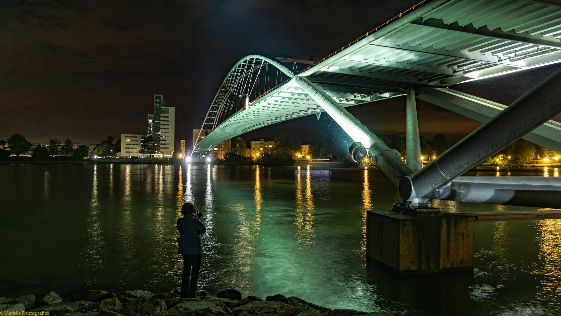 Dreiländerbrücke Weil am Rhein - F-Huningue, die Dame im Bild kenne ich nicht, die stellte sich während meiner Aufnahmen mehrfach bei mir ins Bild.