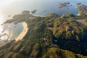 カルバート島とハカイ研究所観測所Photo by Grant Callegari