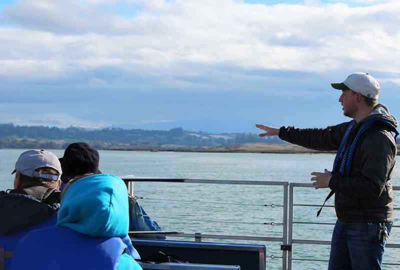 エルクホーン・スルー・ネイチャー・サファリのナチュラリスト、オースティン・シャンクがツアーの最中、野生動物を指して生態系について説明する(K.C. Scofield -- Contributed).