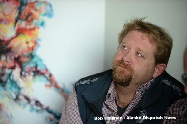 アラスカシーライフセンターの飼育ディレクター、ブレット・ロング(Bob Hallinen / Alaska Dispatch News)
