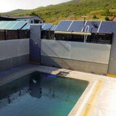 改装された海洋哺乳類センターの水槽の1つは、カリフォルニアラッコを飼育できる。ラッコはフェンスや扉をよじ登ることができる。