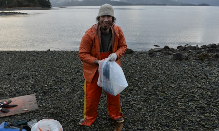 ラッコの皮を袋に詰めるウィリアムス 写真:James Poulson