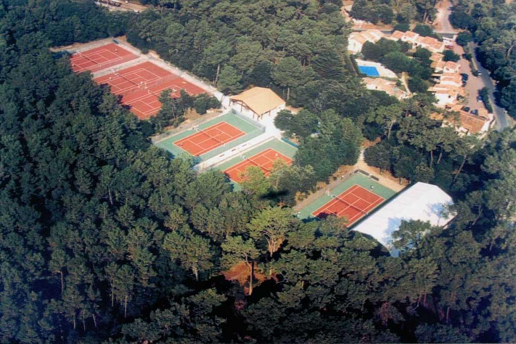 Tennis 1 km  - Voiture 3 mn - A pieds 10min.