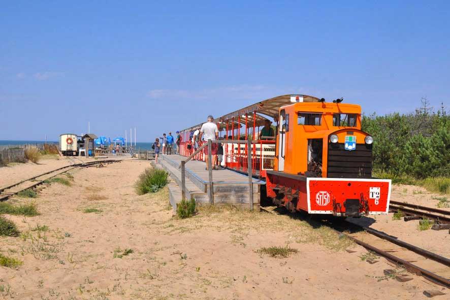 Arrivée du P'tit train plage de Maumusson.