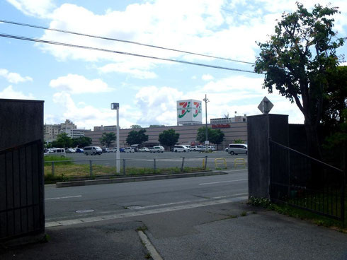 イトーヨーカドー花巻店の真向かい。駐車場はこちらをご利用ください