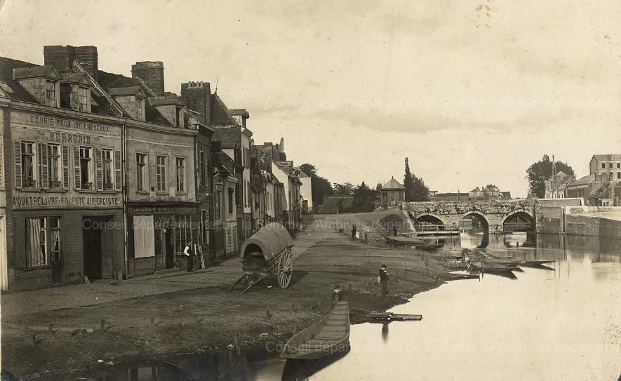Photographie de l'habitat et des commerces, avec enseignes, le long du quai, 1870-1880 (Source A.D.S. Cote 35 FI 1125)