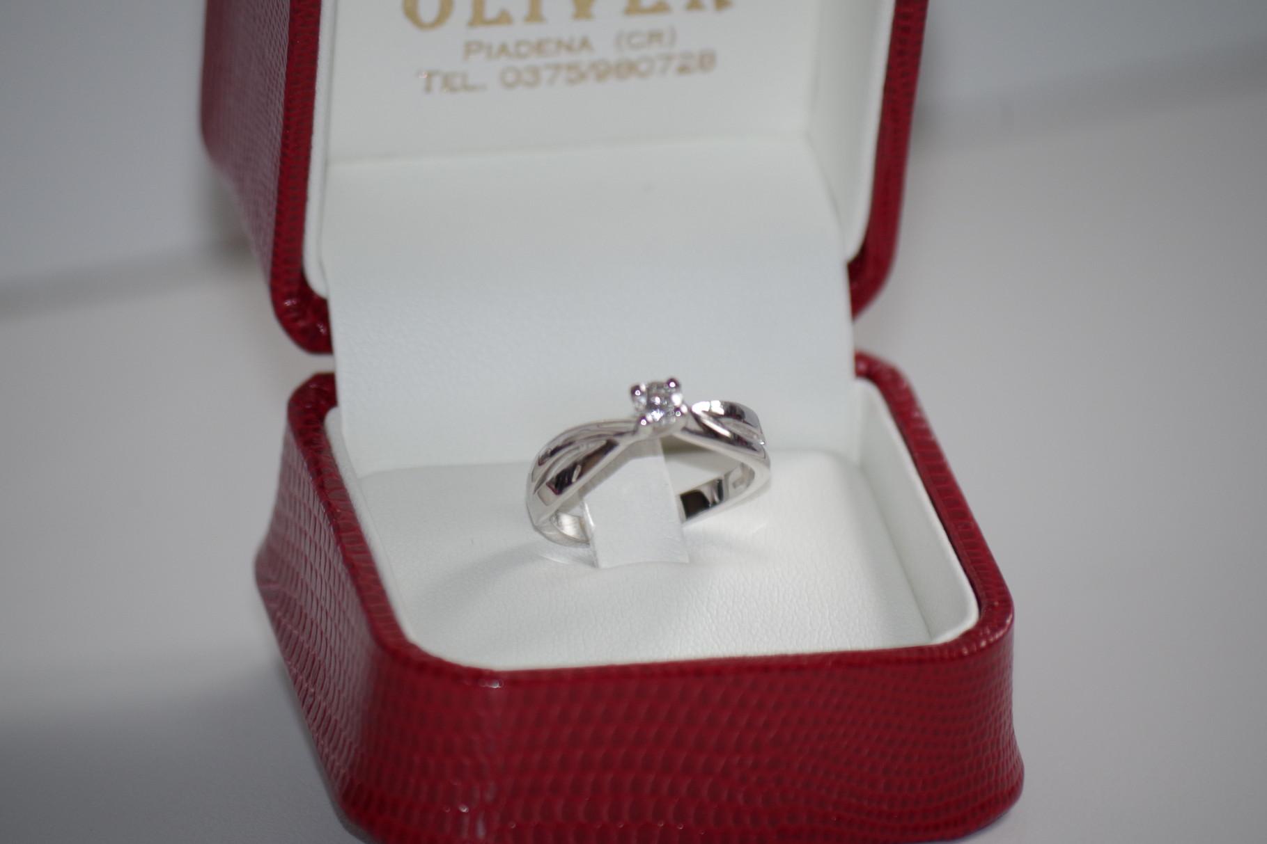 anello intreccio in oro bianco con diamante certificato
