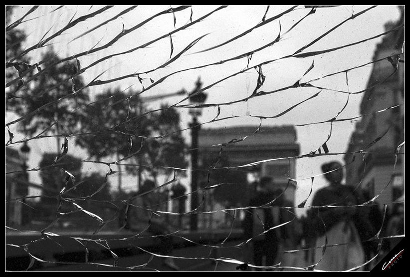 Questo scatto rappresenta secondo me i disordini accaguti  a Parigi. lo scatto è stato fatto attraverso un vetro rotto.