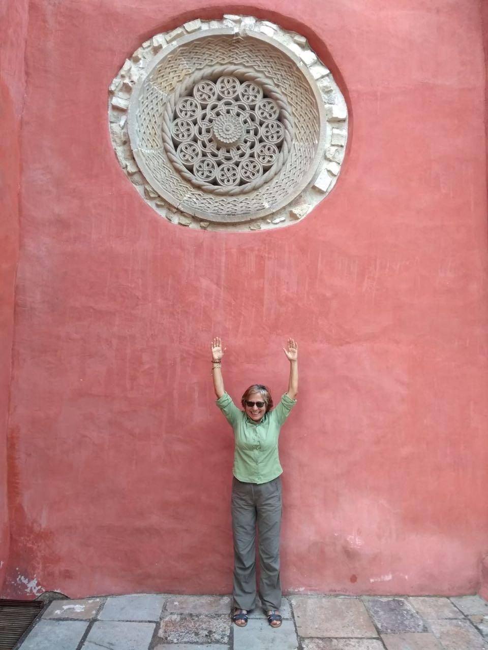 Bellazmira señalando la roseta de piedra muy bella y famosa del monasterio