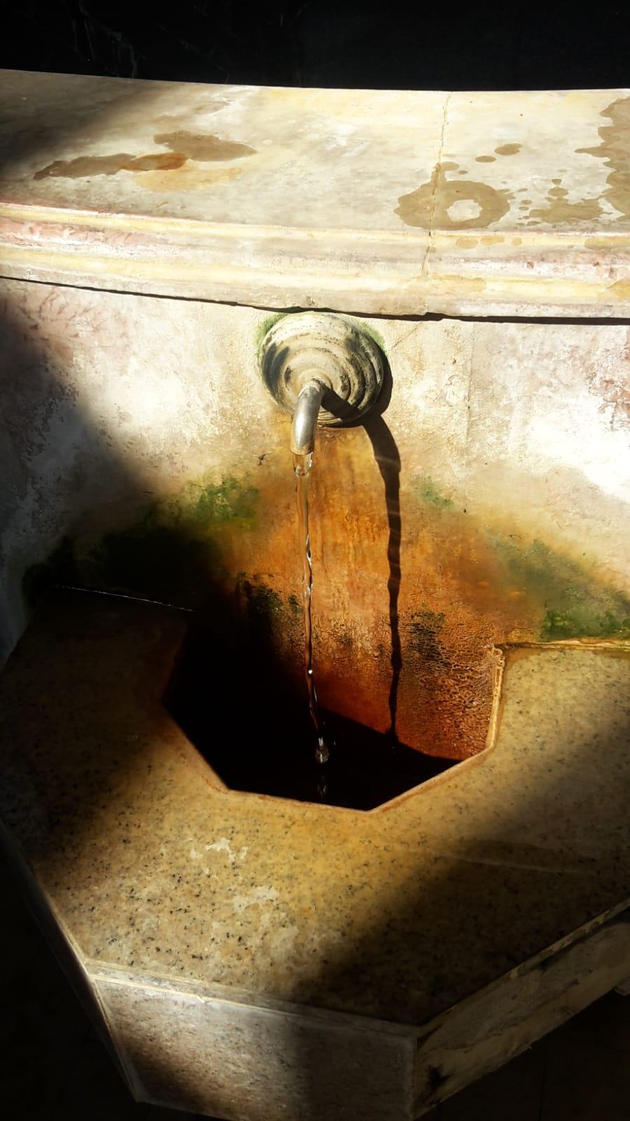 Una fuente con agua ferruginosa