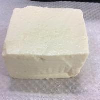 豆腐の表面全体に塩を均一に広げる