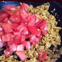 トマト洋風のダシを加えて炒める