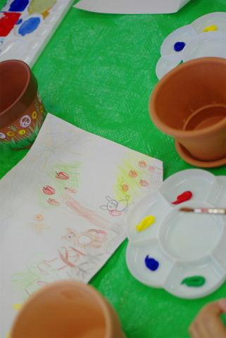 下書きができたら、色を準備しよう。アクリル絵の具は乾きやすいんだね。