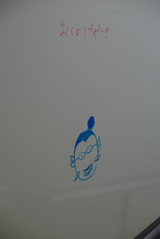 WBをきれいにしていたら、裏面に落書き・・・(笑) 書いては消せるWB、子どもってもともとWBが大好きなのでした。