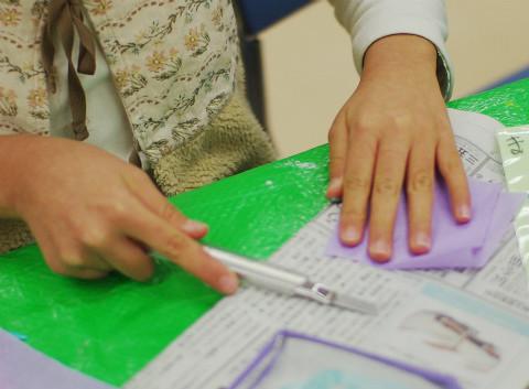 柔らかい紙、固い紙で難しさが違うね。押さえる手の役割も大きいね。