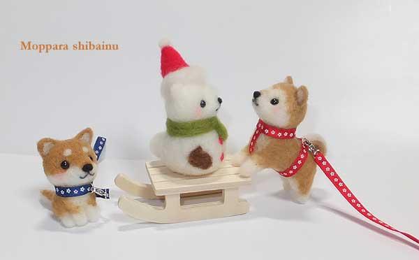 白柴型の雪だるまと柴犬さんたち