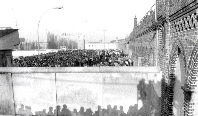 Geschichtsstunde: Vortrag mit Walter Momper (Foto: Oberbaumbrücke in Berlin Friedrichshain zur Wendezeit)