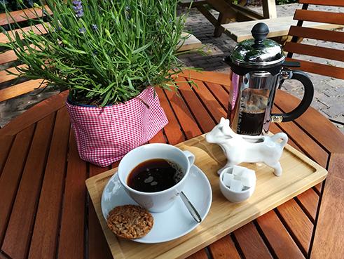 Kaffeegedeck im Garten