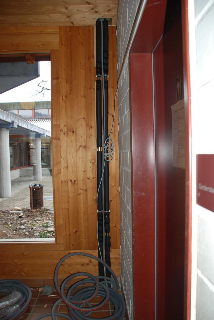 Strom- und Wasserleitungen vom und zum Dach