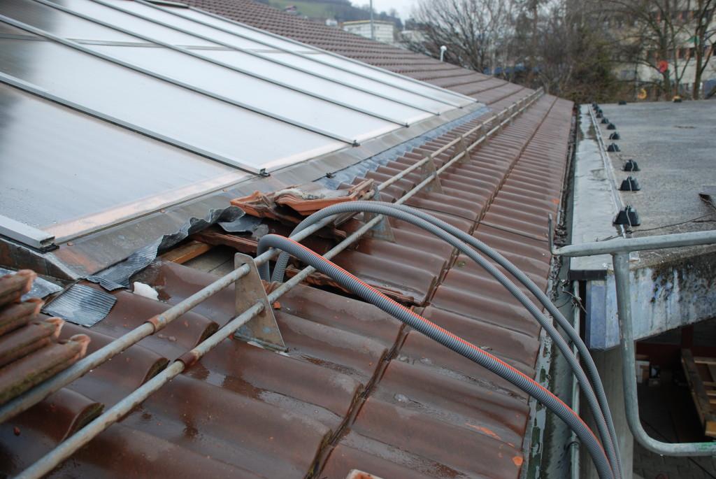 Die Rohre für die Kabel werden auf das Dach gezogen