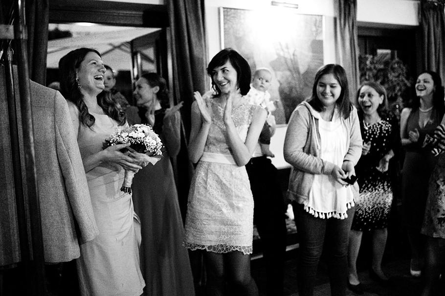 Martin Schneider Fotografie Hochzeitsreportage Brautstrauß fangen