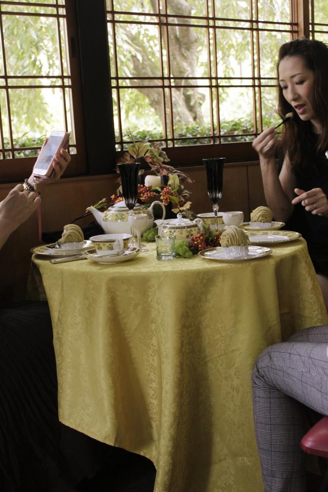 撮影終了後にケーキを食べるizumi先生の美しさについパチリ♫お客様へのサービスやティーメイクまで大変お世話になりありがとうございました♫