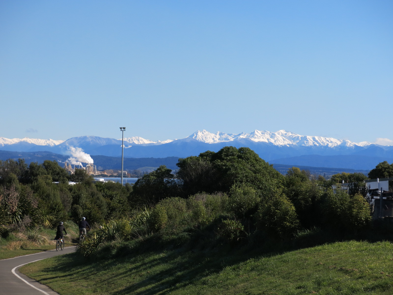 Railway Reserveから山を望む