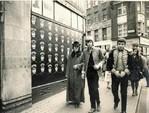 小型ラジオ、LP ジャケット、ロータス・エリートなどの ファッションデザイナー、ポール・リーヴス(左)と友人たち