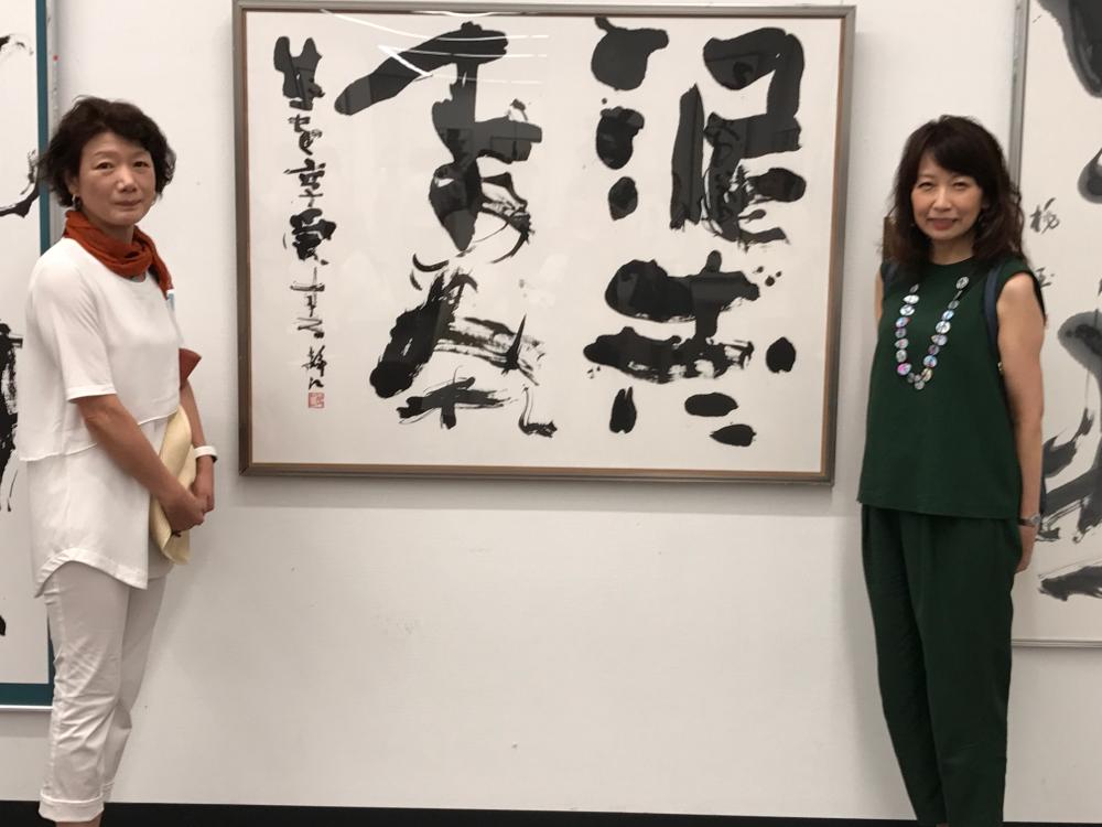 作品の前で富山在住の中沢姸洋先生と